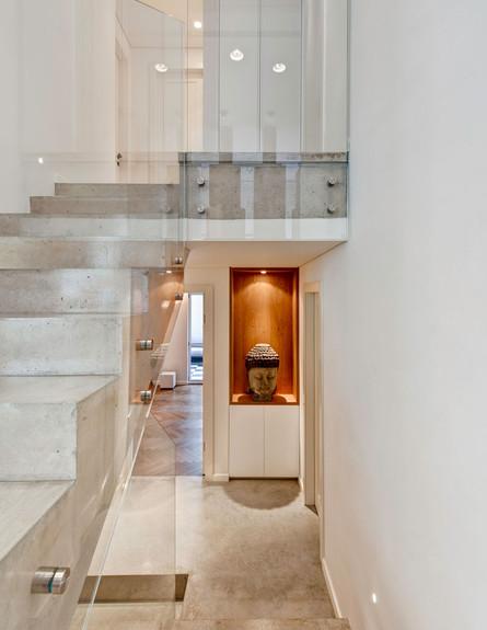 קרן מימון, גובה, מדרגות בטון ומעקה זכוכית שקוף
