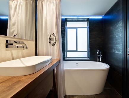 קרן מימון, חדר הרחצה הצמוד לחדר. חיפוי קיר שחור, אמבט וברז בסגנון