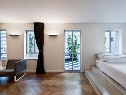 קרן מימון, מיטה כבמה יצוקה מבטון עם שתי מדרגות שיכולות לתפקד כספסל
