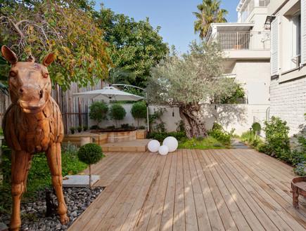 קרן מימון, ריצוף דק עץ, צמחייה מוקפדת ובמת עץ עם ג'קוזי