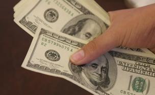 יד סופרת שטרות דולר (צילום: חדשות 2)