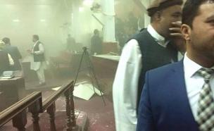 תיעוד: רגע הפיצוץ בפרלמנט בקאבול (צילום: מתוך הטלוויזיה באפגניסטן)
