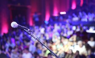 מיקרופון על במה (צילום: אורטל דהן)