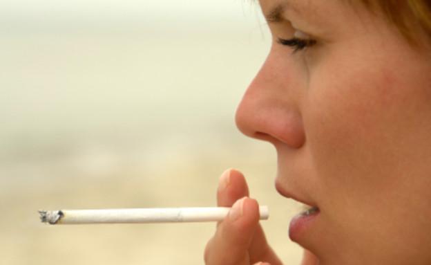 אישה מעשנת סיגריה (צילום: Dominik Pabis, Istock)