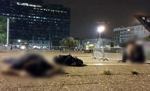 נערים ישנים בכיכר רבין אחרי החגיגות (צילום: עזרי עמרם, חדשות 2)