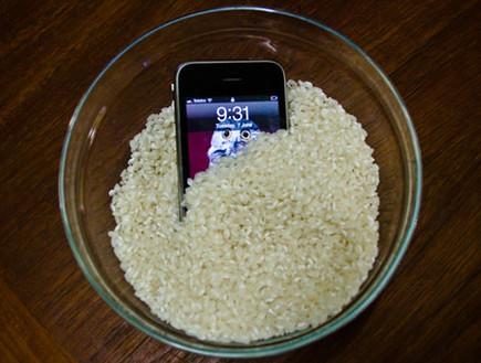 אייפון רטוב בתוך אורז (קרדיט: lifetricks.co.uk)