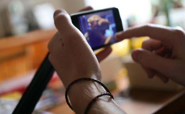 צפייה בווידאו על מסך סמארטפון