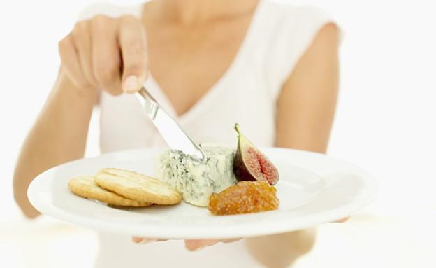 אישה מול צלחת גבינות (צילום: Stockbyte, GettyImages IL)