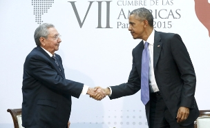 קסטרו ואובמה בפגישה לא רשמית (צילום: רויטרס)