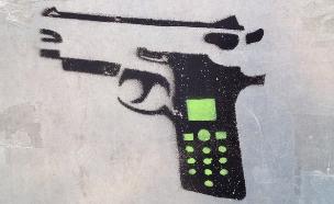 גרפיטי שמראה טלפון כידית אקדח (צילום: Jason Eppink, Flickr)
