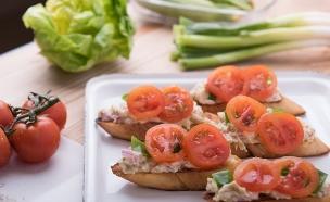 ברוסקטה עם סלט חצילים (צילום: נמרוד סונדרס, אוכל טוב)