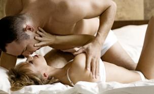 זוג במיטה- סקס (צילום: BartekWardziak, Istock)