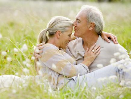 זוג מבוגר מחובק בשדה