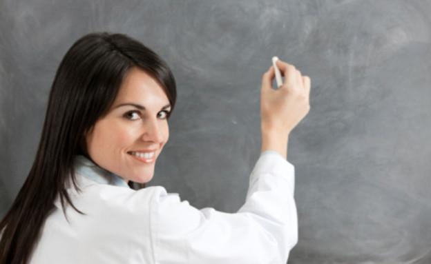 מורה מול הלוח בכיתה (צילום: אימג'בנק / Gettyimages)