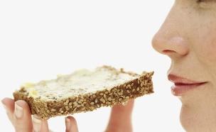 אישה אוכלת לחם (צילום: אימג'בנק / Thinkstock)