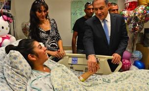 """נתניהו מבקר את פצועת הפיגוע (צילום: קובי גדעון / לע""""מ)"""