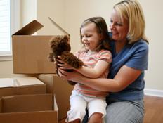 אם ובת עם דובי חום בידה בזמן מעבר דירה