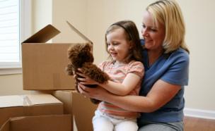 אם ובת עם דובי חום בידה בזמן מעבר דירה (צילום: killerb10, Istock)