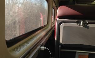 מטען סמארטפון ברכבת (צילום: Celeste Lindell, Flickr)