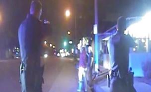 שוטרים יורים בגנבי אופניים