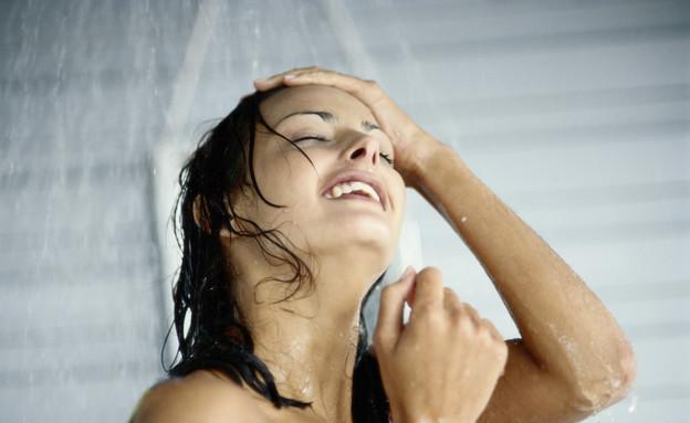 אישה מתקלחת (צילום: אימג'בנק / Thinkstock)