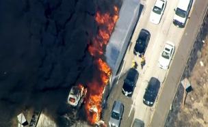 צפו: הלהבות מכלות את הרכבים (צילום: רויטרס)