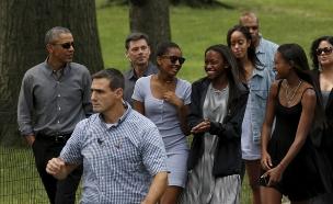 אובמה והבנות מבלים (צילום: רויטרס)