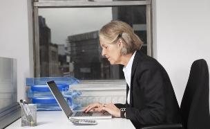 אישה מבוגרת עם מחשב (יח``צ: moodboard, Thinkstock)