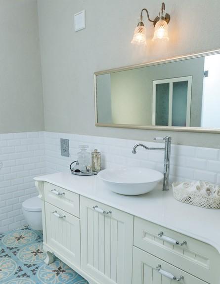 עידית זכריה, ג, מקלחת מרכזית  (צילום: אודי גורן)