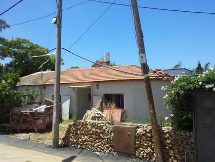 עידית זכריה, חזית הבית לפני (צילום: אודי גורן)