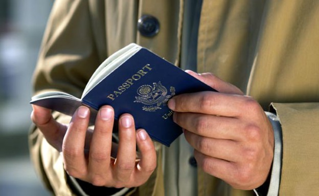 """ישראלים בחו""""ל -איש מחזיק דרכון (צילום: jupiter images)"""