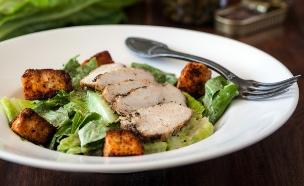 סלט קיסר מושלם עם חזה עוף צלוי (צילום: אסף רונן, אוכל טוב)