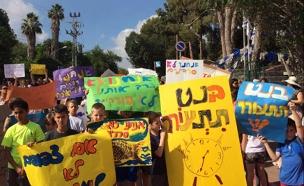 תלמידים מפגינים נגד הצפיפות