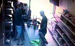 השוד המזויין תועד במצלמות (צילום: מצלמת אבטחה)