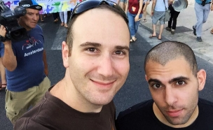 יוני גריידי (מימין) במצעד, רגעים לפני הד (צילום: באדיבות המצולם)