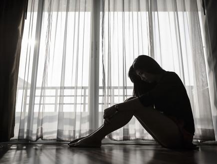 אישה עצובה, מוצללת