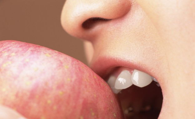 אישה אוכלת תפוח (צילום: אימג'בנק / Thinkstock)