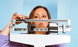 אישה שמנה על משקל (צילום: אימג'בנק / Thinkstock)