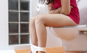 אישה בשירותים (צילום: אימג'בנק / Thinkstock)
