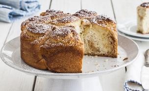 עוגת שמרים במילוי קרם שקדים וחלבה  (צילום: אסף אמברם, אוכל טוב)