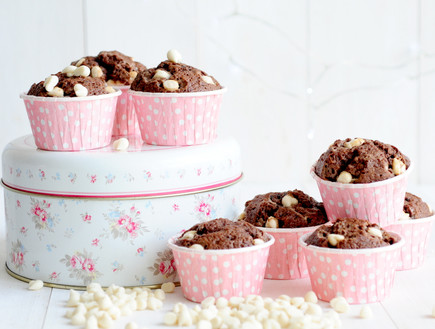 מאפינס שוקולד עם שוקולד צ'יפס לבן  (צילום: שרית נובק - מיס פטל, אוכל טוב)