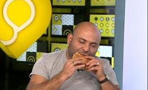 פינת האוכל עם הסנדוויץ' המושלם (צילום: מתוך הבילויים, ערוץ 24)
