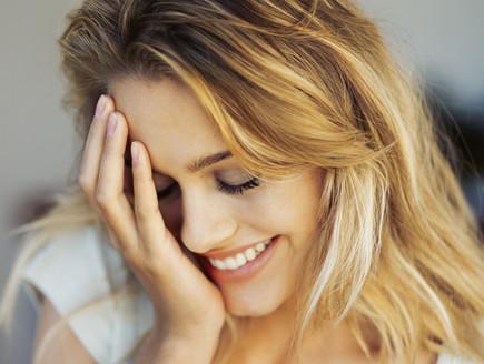 אישה ביישנית מחייכת
