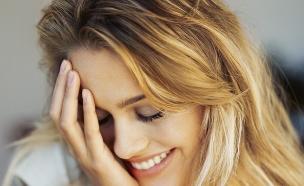 אישה ביישנית מחייכת (צילום: Stockbyte, GettyImages IL)