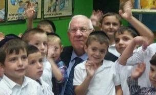 """ריבלין עם תלמידי ביה""""ס  דיברות משה (צילום: עמית ולדמן)"""