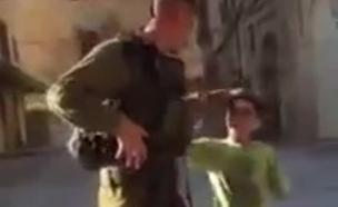 חייל כפיר משחק עם ילד (צילום: ויצה סיבנקוב)