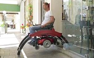 צפו: כיסא הגלגלים שמדלג מעל מדרגות (צילום: חדשות 2)
