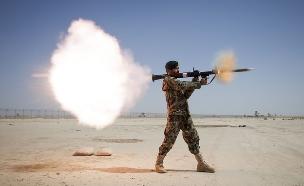 חייל אפגני יורה טיל RPG-7 (צילום: צבא ארצות הברית)