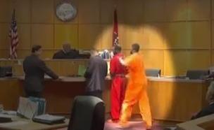 """ארה""""ב: מכות באולם בית המשפט (צילום: youtube)"""