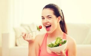 נערה צמחונית אוכלת סלט (אילוסטרציה: Shutterstock, מעריב לנוער)
